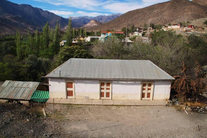 Traditionelle Unterkunft im Rio Hurtado-Tal