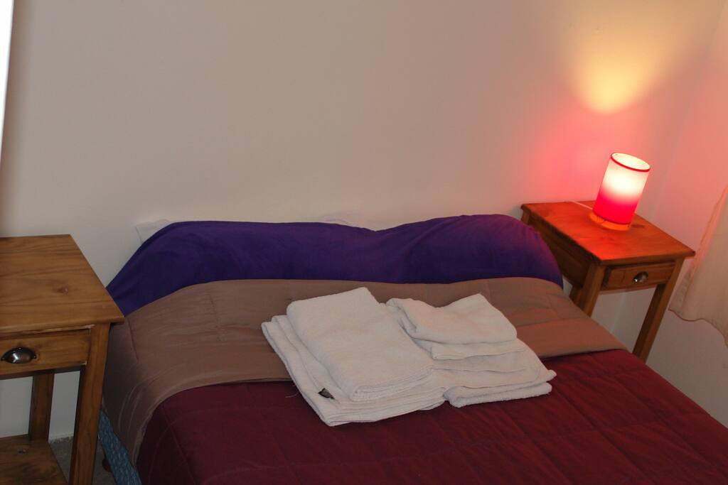 Dormitorio ppal.  Sommier matrimonial, placard, calefactor y vista a la calle. Todos los ambientes cuentan con luz natural y rejas.