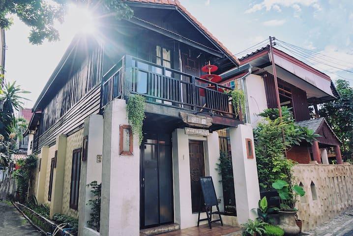 Lanna house Thaphet Gate Spacious Artistic comfort