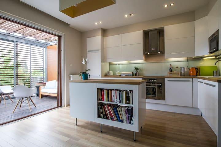 Riverside home/ garage/ 10mins / terrace fresh air