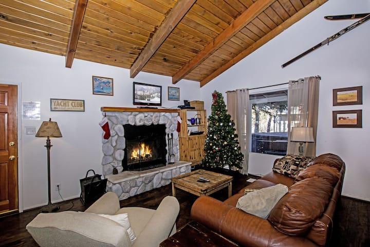 Club View Cottage w/hot tub!