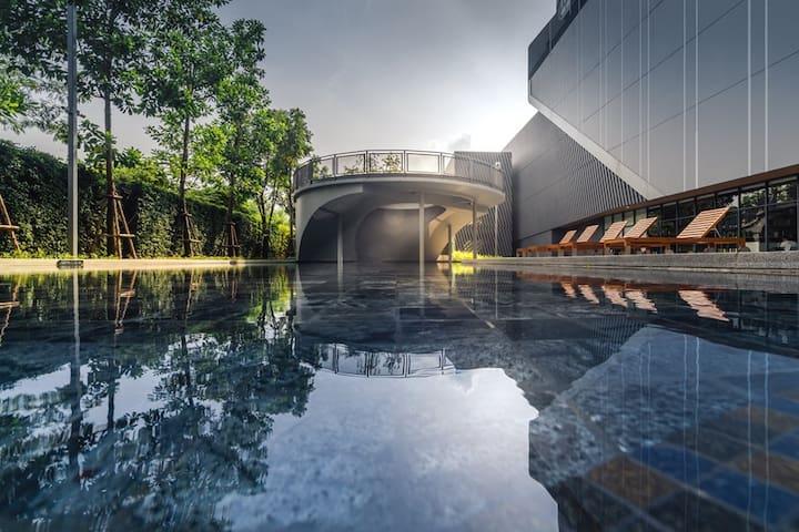 BTS步行3分钟·超长造型泳池·桑拿房·台球室·免费接机(3天以上)
