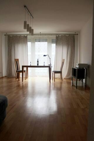 6 Min zur Messe. Schöne, helle Wohnung mit Balkon - Nürnberg - Apartamento
