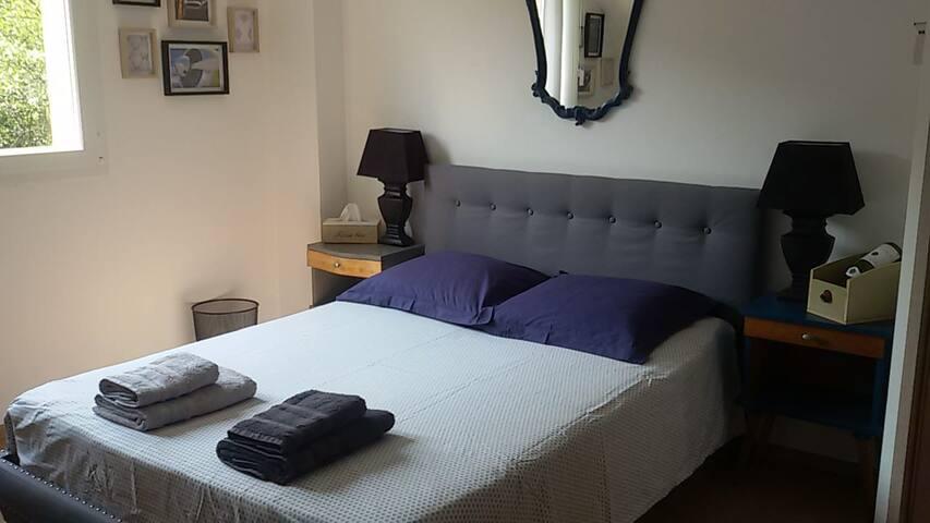 belle chambre dans maison moderne spacieuse