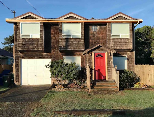 Spacious family retreat, near it all, Yaquina Bay!