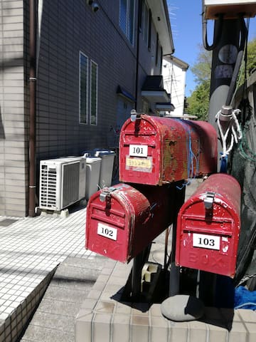 3つの赤いポストが目印