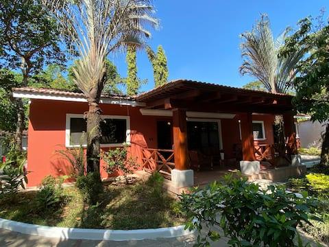 Villa vacacional, cerca del IRTRA, A/C y Piscina.