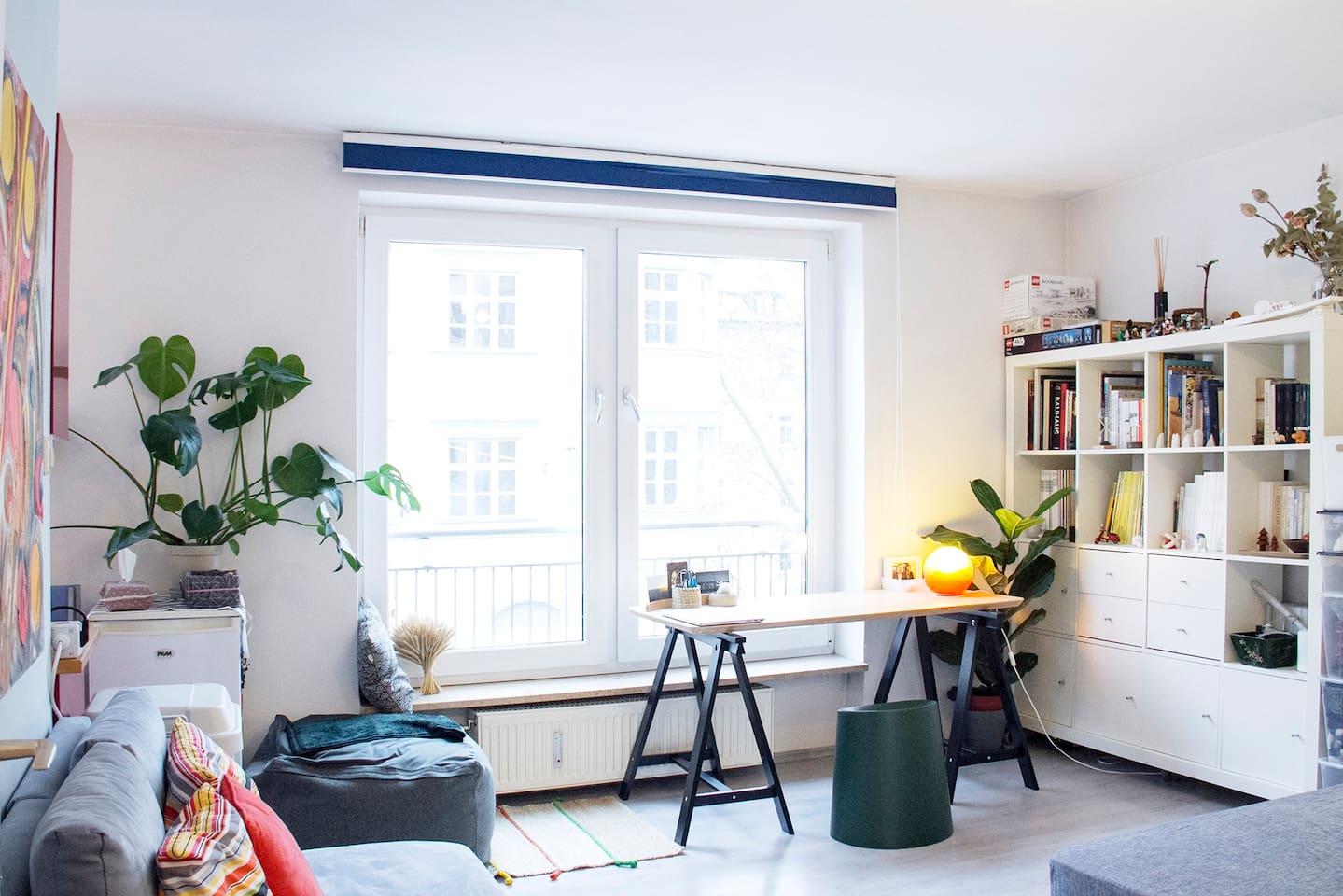 我们共同使用的客厅,有工作桌,懒人沙发,双人沙发,照片左侧连接的厨房,右下方入镜的是我的床。