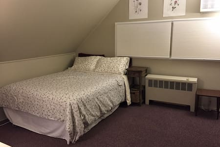 Queen bedroom+folding twin-sleeps 3 - Levittown