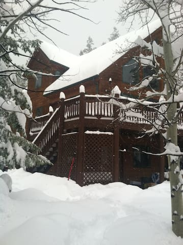 MAD MIKE'S MOUNTAIN CHALET....your gateway to fun!