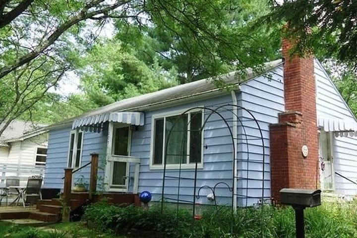 ★ Charming Home: WALK to IU and downtown!