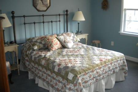 Comfy/clean w/hospitality- Sleeps up to six - 夏洛茨维尔 - 独立屋