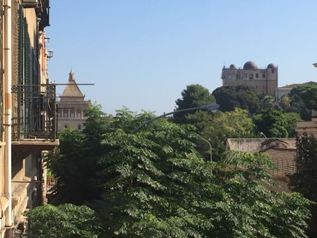 The amazing view from the balcony  : the famous Royal Palace ! just 2 min walk from the apartment