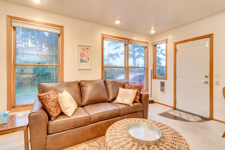 Cozy oceanfront suite with direct beach access - dogs welcome!