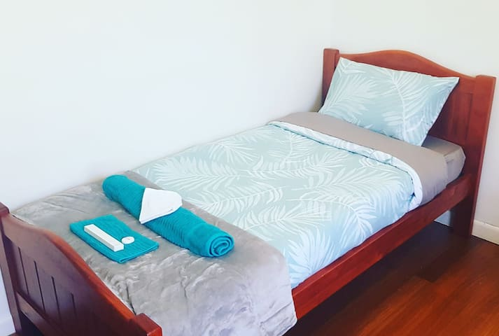 COZY Room with Everything You Need next to Deakin!