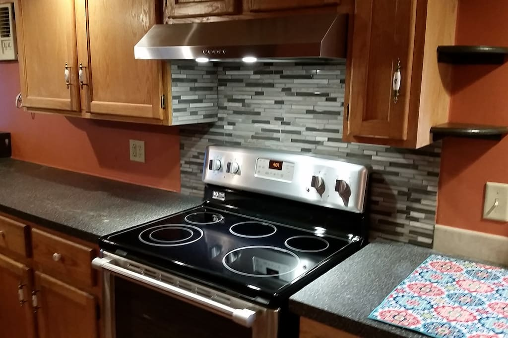 Upgraded oven with hood vent and backsplash