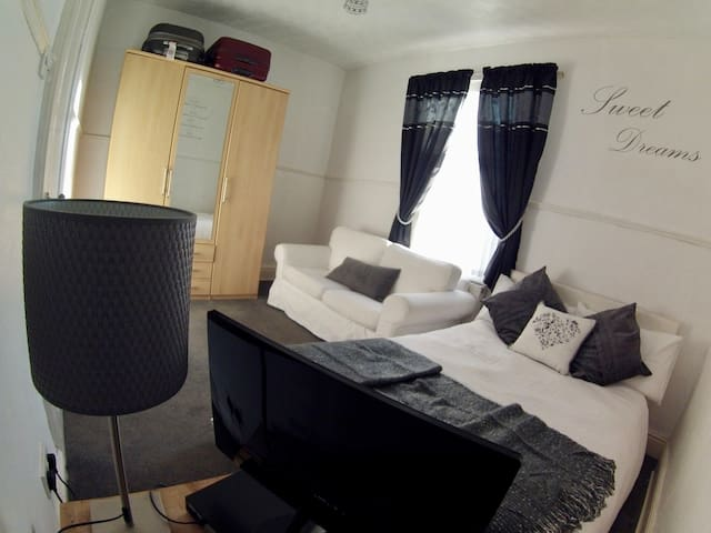 Large Private Rooms Close to Town Centre