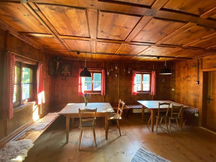 Berghütte - Bauernhaus in kleinem Tiroler Bergdorf