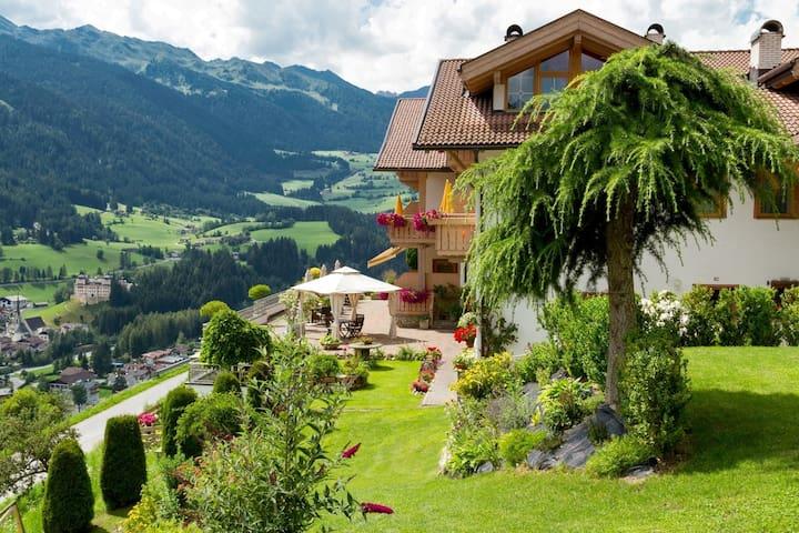 Accogliente Appartamento Edelweiss con Vista Montagna, Wi-Fi, Sauna, Terrazza e Balcone; Parcheggio disponibile