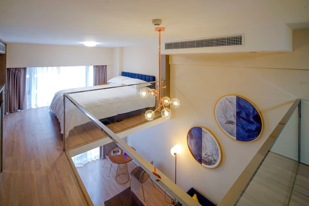 二层的主卧,还是蓝色基调,华丽但不失亲切,同样的金可儿床垫配以80支贡缎棉制品,给您舒适睡眠体验。