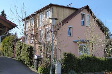 Helles Apartment 35 m² mit Balkon im Dachgeschoss - Überlingen - Pis