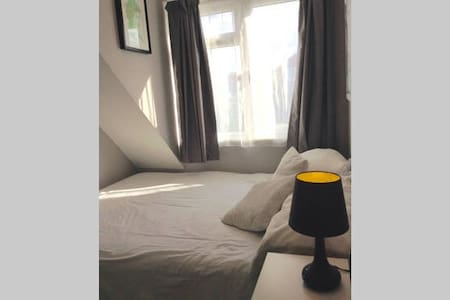 Double Bedroom in Three Bed-Semi - Keyworth - Casa