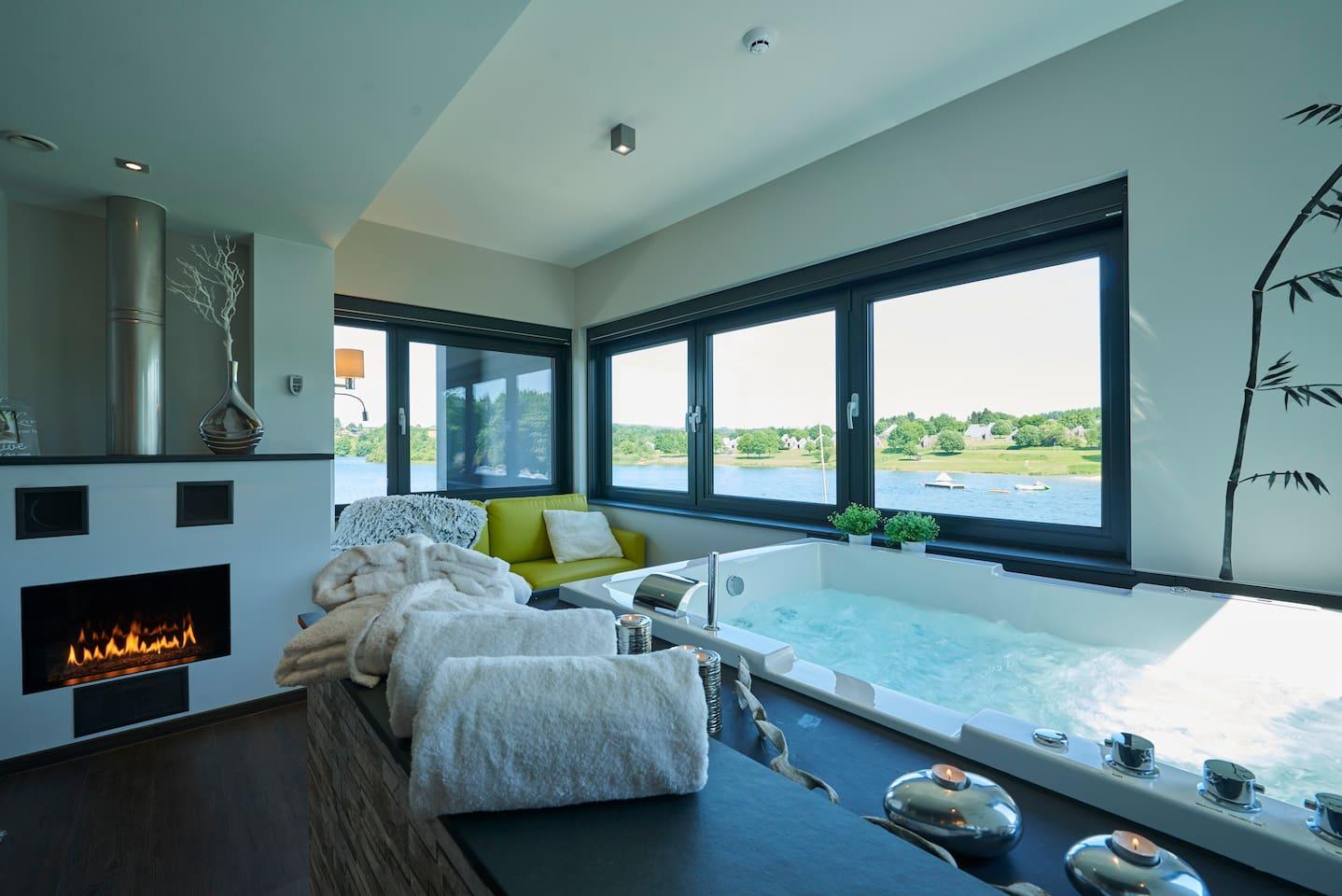 Whirlwanne im Zimmer mit Blick auf dem See