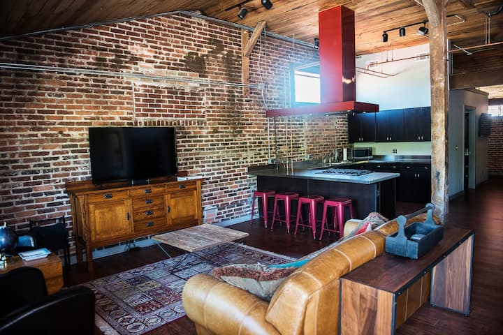 *MODERN LOFT* - near U of A & Dickson