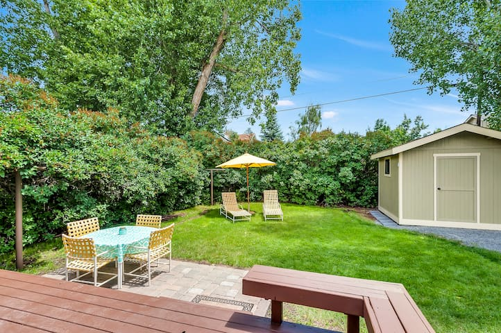 Huge private backyard with gas BBQ and table for 4