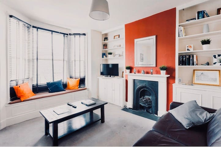 LOVELY FLAT NEXT TO UNDERGROUND STATION&WESTFIELD