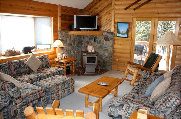 Rocky Ridge Chalet - Rustic Home with Large Outdoor Hot Tub - Minutes from Town