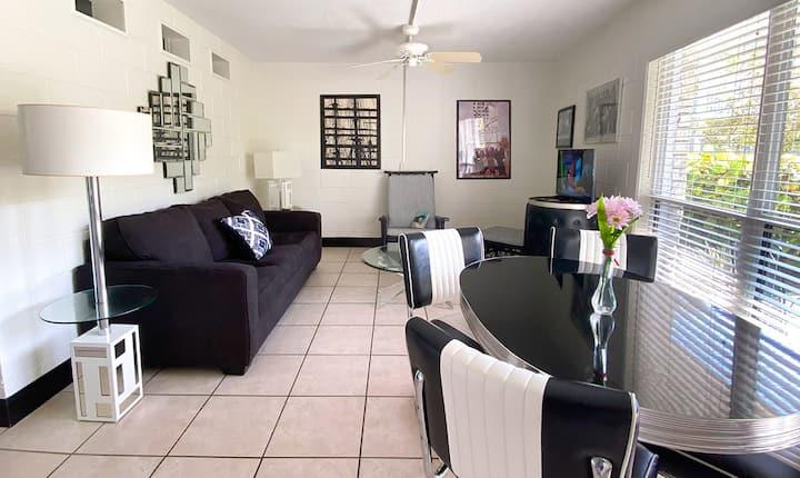 Black & White Room-Suite 108
