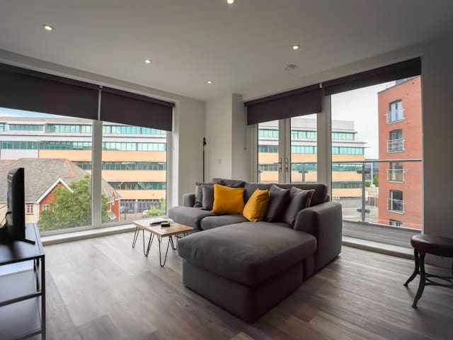 AMAZING Modern 2 Bed Apt in Brickworks - W/Parking