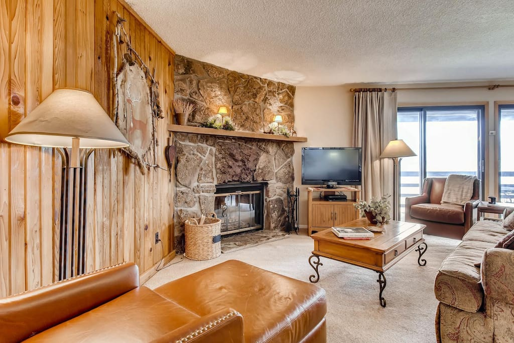 Very comfortable living room with mountain feel!