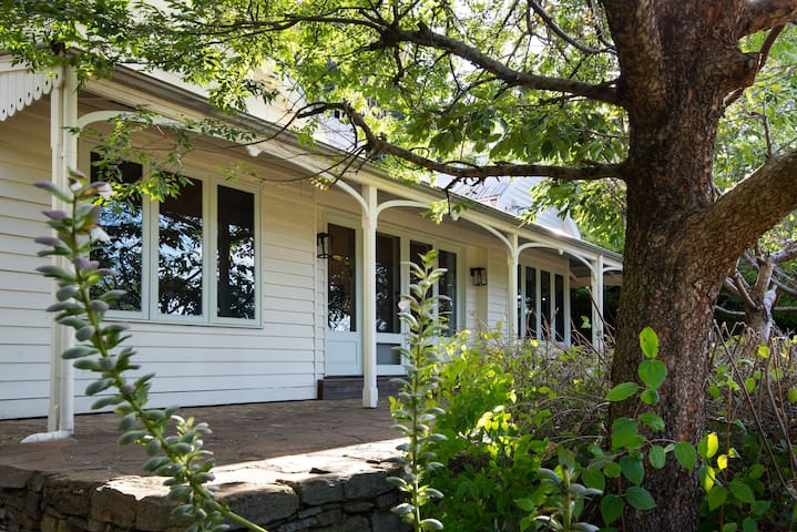 Botanica | Cosy Country Cottage in Daylesford