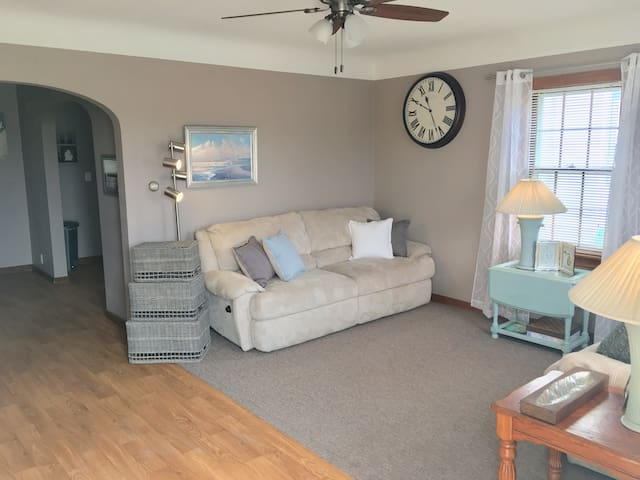 ENTIRE HOUSE 3 Bedrooms ~ Comfy & Central Location