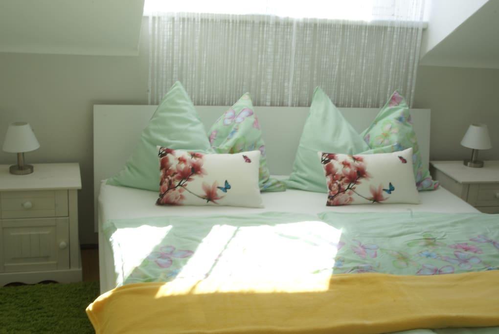 Gemütliches Doppelbett 1,80 x 2,00 Meter Fußfrei.