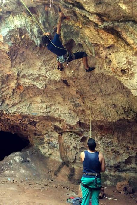Ruta en el interior de una caverna.