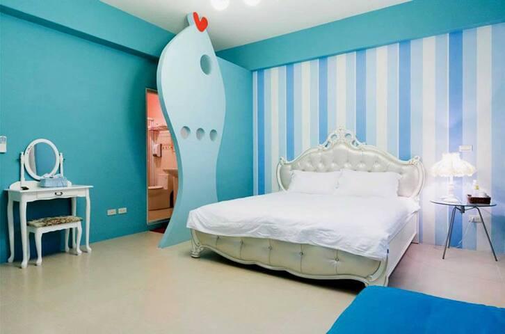 202藍色魚雙人房加大床 沁涼的藍色讓人心情自由