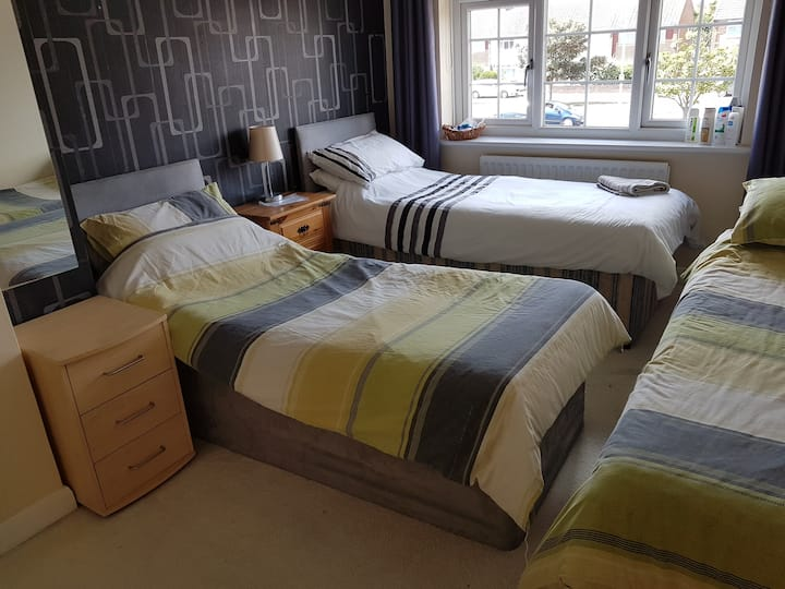 Eastbourne Twin Room in spacious house near sea