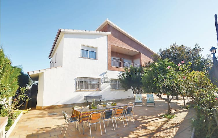 Holiday cottage with 7 bedrooms on 220m² in Santa Susanna