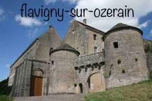 À 25 km:  Bâtie autour d'une abbaye bénédictine, cette cité raconte son histoire médiévale à travers ses remparts, ses portes fortifiées, ses ruelles pavées, ses maisons... mais aussi ses dragées à l'anis toujours fabriquées dans l'ancienne abbaye.