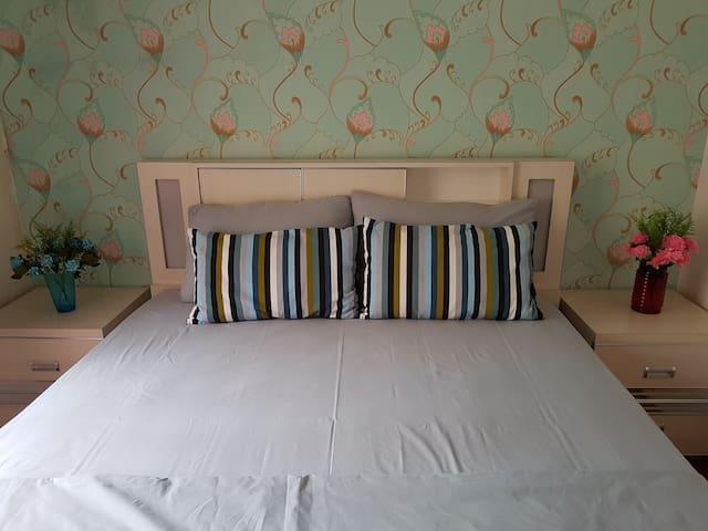 Kamar utama yg bersih dan nyaman di lantai 2 dan dilengkapi dengan AC