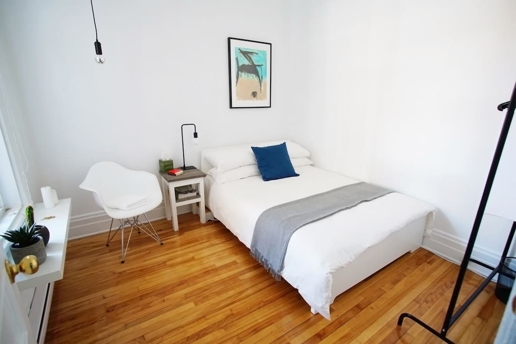 The guest room is located at the back of the apartment with a window onto the backyard, therefore offering privacy and calm.