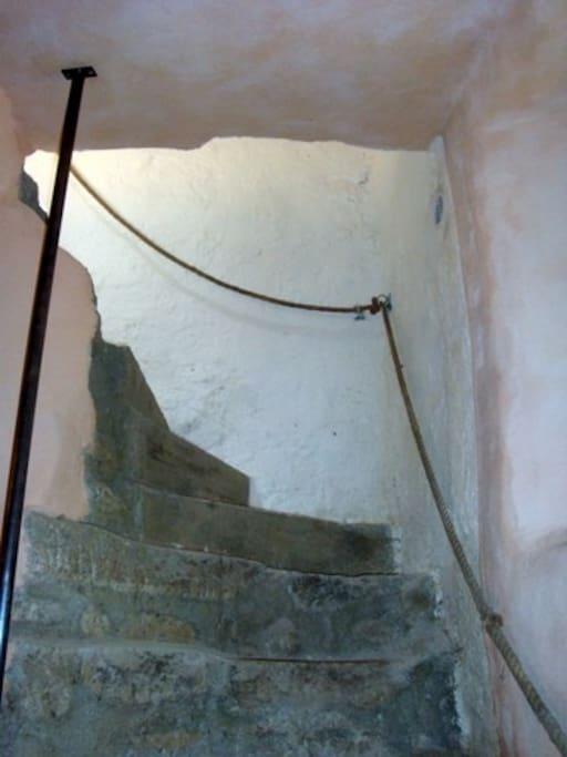 accès à l'habitation par l'escalier de pierre