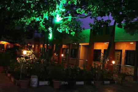 Spacious Five Bedded Room in Shirdi - Ahmednagar - 宾馆