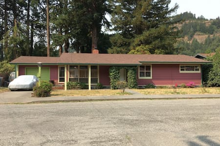 Comfortable Redwood home on the Majestic Eel River