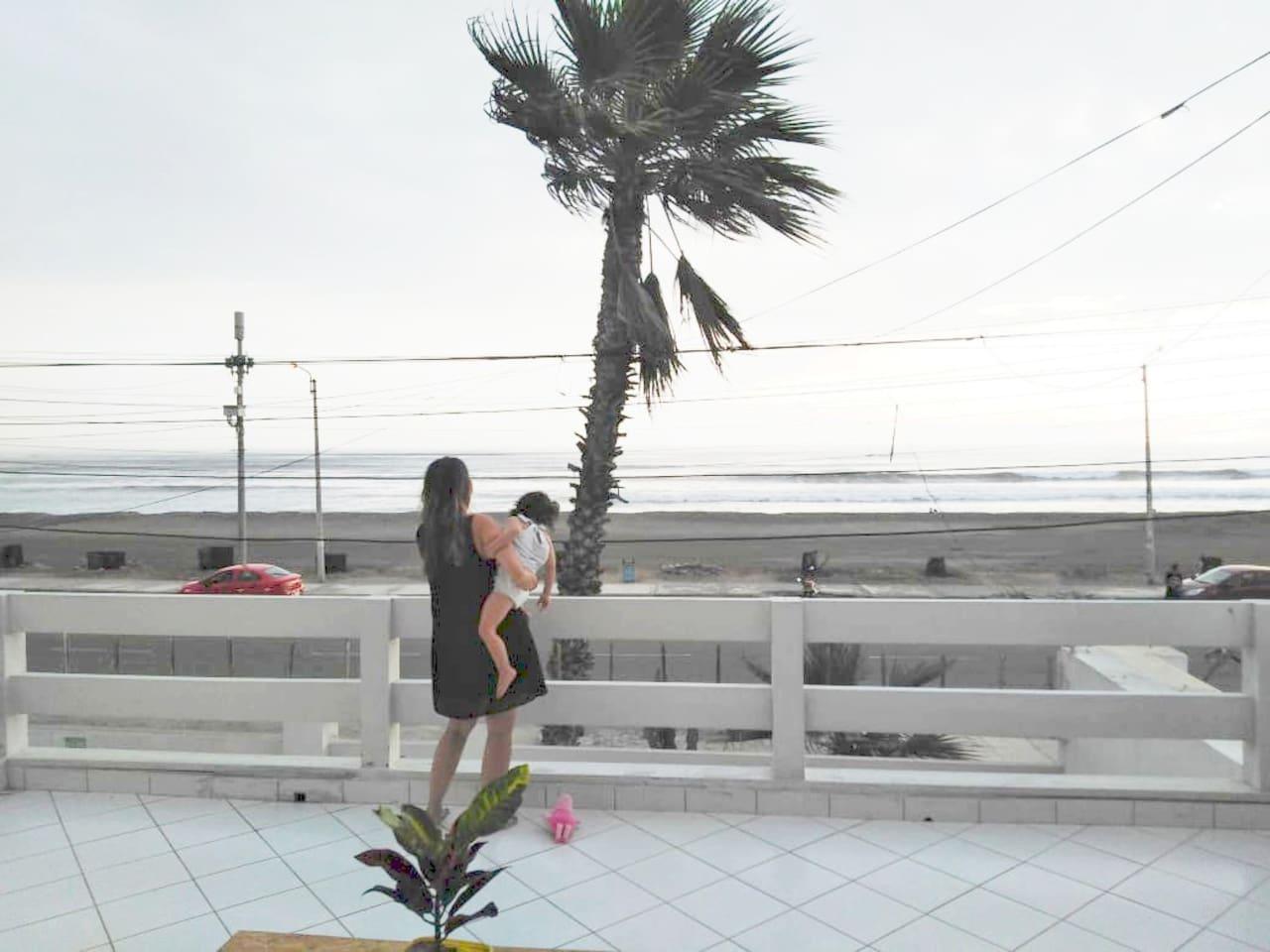 Hermosa vista del mar y del atardecer desde el balcón privado