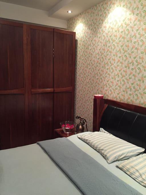简欧式实木家俱,日产墙纸,安全安心。射灯柔光下,美观大方,现代得体。