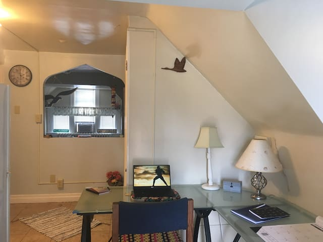 Private 3rd floor studio 15 mins to downtown!